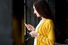 Vrouw die Telefoon met behulp van Royalty-vrije Stock Foto