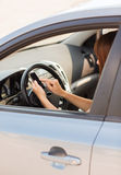 Vrouw die telefoon met behulp van terwijl het drijven van de auto Stock Foto's