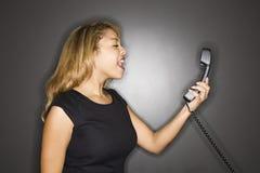 Vrouw die in telefoon schreeuwt. Royalty-vrije Stock Afbeeldingen