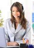 vrouw die telefoon thuis bureau uitnodigt Stock Fotografie