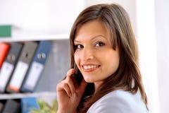 Vrouw die telefoon uitnodigt Stock Foto