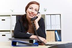 Vrouw die telefoongesprek in bureau maakt Royalty-vrije Stock Foto's