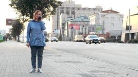Vrouw die telefoongesprekken op de straat maken stock footage