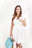 vrouw die terwijl het dragen het winkelen in zakken doet glimlachen Royalty-vrije Stock Afbeeldingen