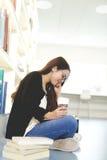 Vrouw die terwijl het lezen glimlachen Stock Afbeeldingen