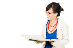 Vrouw die terwijl het lezen lacht Stock Foto's