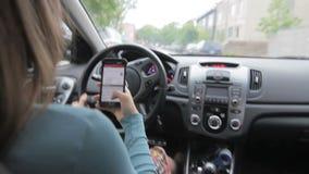 Vrouw die terwijl het texting drijven stock footage