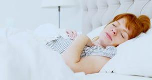 Vrouw die terwijl slaap 4k niezen, stock video