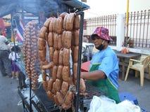 Vrouw die Thais voedsel, Thailand verkoopt. Royalty-vrije Stock Foto