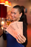 Vrouw die in theater kaartjes voorstellen Royalty-vrije Stock Foto's
