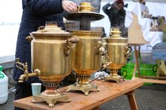 Vrouw die thee in traditionele Russische samovar maken Stock Foto