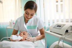 Vrouw die therapie met een ultrasone beroeps ontvangen stock foto