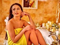 Vrouw die thuis bad ontspannen Stock Afbeeldingen