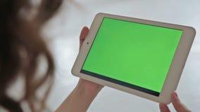 Vrouw die thuis elektronische tablet gebruiken stock videobeelden