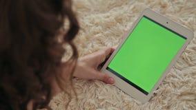 Vrouw die thuis elektronische tablet gebruiken stock footage