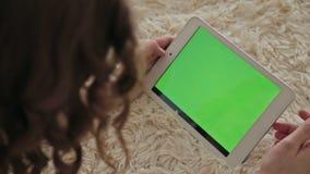 Vrouw die thuis elektronische tablet gebruiken stock video
