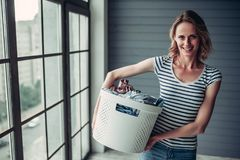 Vrouw die thuis het schoonmaken doen royalty-vrije stock afbeelding