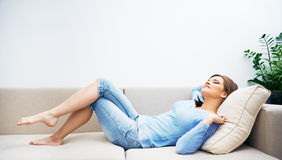 Vrouw die thuis ontspannen Stock Afbeeldingen