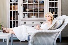 Vrouw die thuis ontspant Royalty-vrije Stock Foto's
