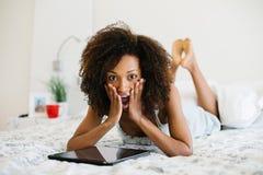 Vrouw die thuis op digitale tablet lezen royalty-vrije stock foto