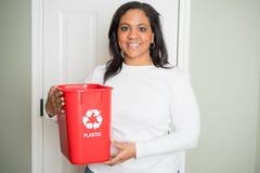 Vrouw die thuis recycleren royalty-vrije stock afbeelding