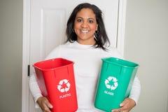 Vrouw die thuis recycleren stock fotografie