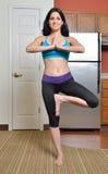 Vrouw die thuis uitwerken - de yoga stelt Royalty-vrije Stock Afbeelding
