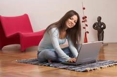 Vrouw die thuis werkt Stock Foto's