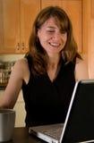 Vrouw die thuis werkt Royalty-vrije Stock Foto's