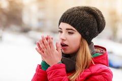 Vrouw die tijdens de winter haar handen opwarmen royalty-vrije stock foto