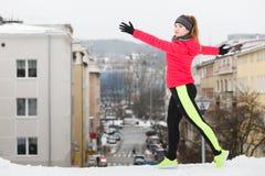 Vrouw die tijdens de winter uitoefenen Royalty-vrije Stock Afbeeldingen