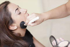 Vrouw die toegepaste make-up heeft Royalty-vrije Stock Foto's