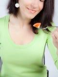 Vrouw die tomaat eet Royalty-vrije Stock Afbeeldingen