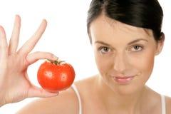 Vrouw die tomaat toont royalty-vrije stock foto's