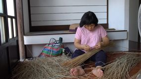 Vrouw die traditionele vaardigheid bij het weven van grassen tonen stock videobeelden