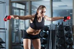 Vrouw die training met barbell doen Stock Afbeeldingen