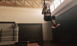 Vrouw die training op gymnastiek- ringen doen Royalty-vrije Stock Foto's