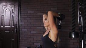 Vrouw die tricepsoefening met domoren doen royalty-vrije stock foto