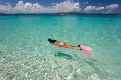 Vrouw die in tropisch water snorkelt royalty-vrije stock foto