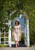 Vrouw die in Tuin loopt royalty-vrije stock foto's