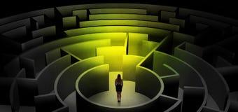Vrouw die tussen ingangen in een midden van een donker labyrint kiezen stock afbeeldingen