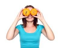 Vrouw die twee kleine pompoenen houdt als zonnebril Royalty-vrije Stock Afbeeldingen