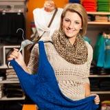 Vrouw die - Twee meisjes in een choo van de klerenwinkel winkelen Stock Fotografie
