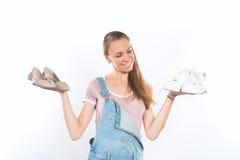 Vrouw die twee paren schoenen houden Royalty-vrije Stock Foto's