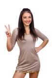 vrouw die twee vingers of overwinningsgebaar tonen Stock Foto's