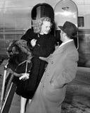Vrouw die uit een vliegtuig stappen die door een man worden begroet (Alle afgeschilderde personen leven niet langer en geen landg Stock Fotografie