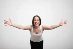 Vrouw die uit haar handen uitrekken stock fotografie