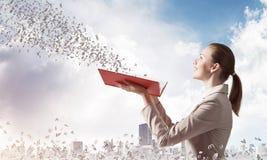 Vrouw die uit het vliegen van willekeurige brieven bekijken stock afbeeldingen