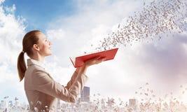 Vrouw die uit het vliegen van willekeurige brieven bekijken royalty-vrije stock fotografie