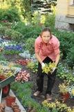 Vrouw die uit spruiten plant Royalty-vrije Stock Foto